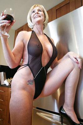Reife Blondine im Nylon-Body