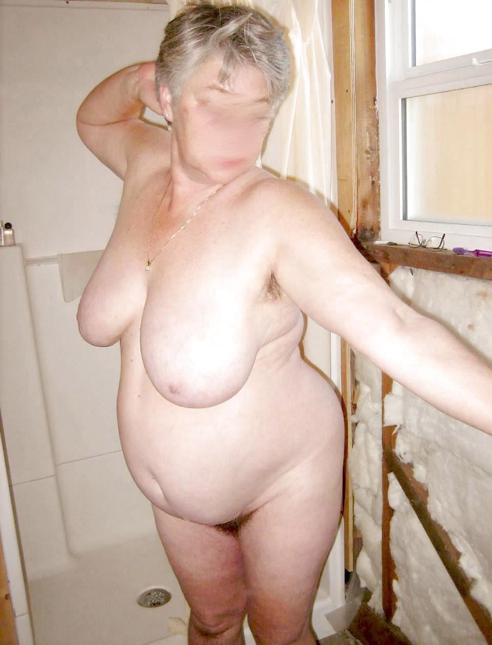 Oma nackt im bad