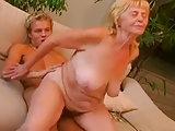 Blonder Knabe bumst blonde Omi