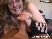 Eheweib spielt mit seinem Schwanz