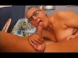 Großmutter hat viel Spaß mit Enkel