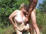 Junge fickt Oma auf der Wiese