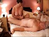 Oma gibt Opa Schwanzmassage