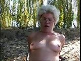 Oma unter dem Baum gefickt