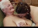 Teen und Oma lecken sich