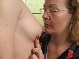Ältere Frau leckt Teen Möse