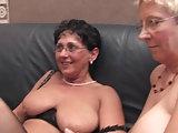 Er bumst Tina und Angie auf der Couch