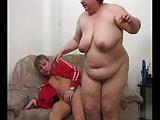 Junge besorgt es der fetten Oma