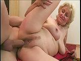 Gummipimmel und Schwanz für sexy Oma