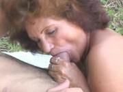 Latino nagelt notgeile Granny Outdoor