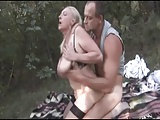 Waldfick mit einer vollbusigen Dame