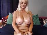 Alte Blondine gibt geile Webcam-Show