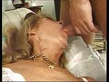 Alte Frau schläft mit offenem Mund