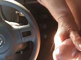Alte melkt ihn im Auto