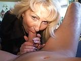 Blonde deutsche Milf trägt gerne Nylons