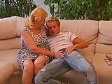 Der blonde Bub ist ganz schön spitz auf die Oma
