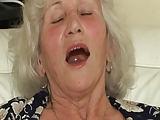 Diese Oma bringt jeden Mann zum schwitzen
