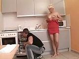 Er teilt sich ihre Muschi mit einem Dildo