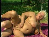 Feuchtes Picknick mit einer dicken Blondine