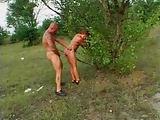 Flachbrüstige Frau in der Natur genagelt
