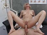 Frauenarzt untersucht alle Öffnungen