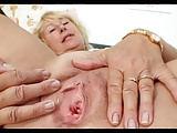Gerta öffnet ihre überreife Möse