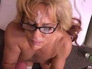 Gesicht und Brille mit Sperma bedeckt