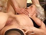 Granny Norma lässt die Titten hüpfen