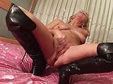 Hausfrau Vana macht es sich in hohen Stiefeln