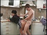 Mutter bückt sich vor dem Jungen