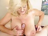 Mutter macht es mit Händen und Titten