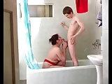 Mutter steigt zu dem Knaben in die Dusche