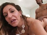 Notgeile Hausfrau schleppt einen Schwarzen ab