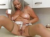Oma spielt mit Joghurt