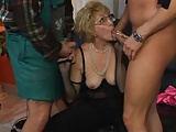 Sie vernascht den Stripper und den Gärtner