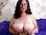 Sie zeigt ihre Riesentitten vor der Webcam