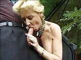 Alte Anhalterin am Auto gevögelt