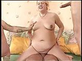 Alte Blonde führt drei Männer in ihr Bett