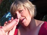 Blondes Weib masturbiert im Auto und gibt Blowjob