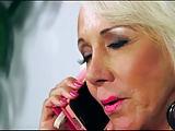Blondine (65) vernascht den Lieferanten