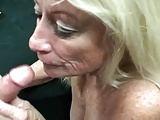 Blondine steht auf Rauchen beim Ficken