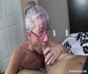 Das alte Mütterchen kann gut blasen