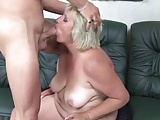 Eine blonde 50 Plus BBW hat Sofasex