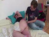 Er weckt die dicke Frau für Analsex