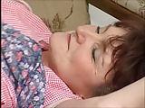 Haarige Hausfrau ist feucht unter dem Kittel
