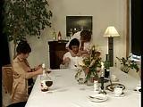 Kellner wird von zwei Damen vernascht