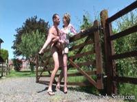 Lady hat mit dem Gärtner Outdoorsex