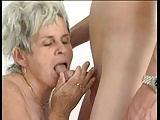Oma bekommt einen Dildoersatz