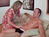 Oma ist geil und befummelt den Mann