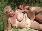 Oma's Euter schaukeln in der Sonne